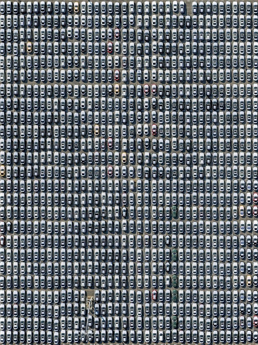 Ολοκαίνουργια, σταθμευμένα αυτοκίνητα στο λιμάνι Λονγκ Μπιτς του Λος Αντζελες