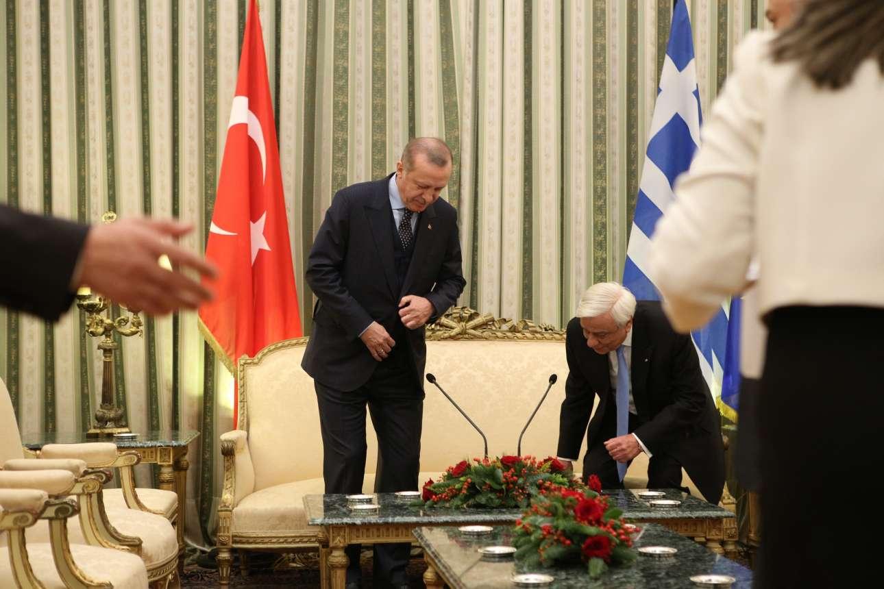 Οι δύο ηγέτες παίρνουν τη θέση τους. Μετά άρχισε η αντιπαράθεση