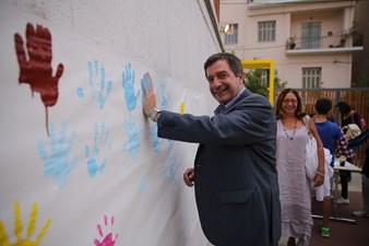 Ο δήμαρχος Αθηναίων Γιώργος Καμίνης αφήνει το... αποτύπωμά του σε ένα από τα σχολεία του προγράμματος