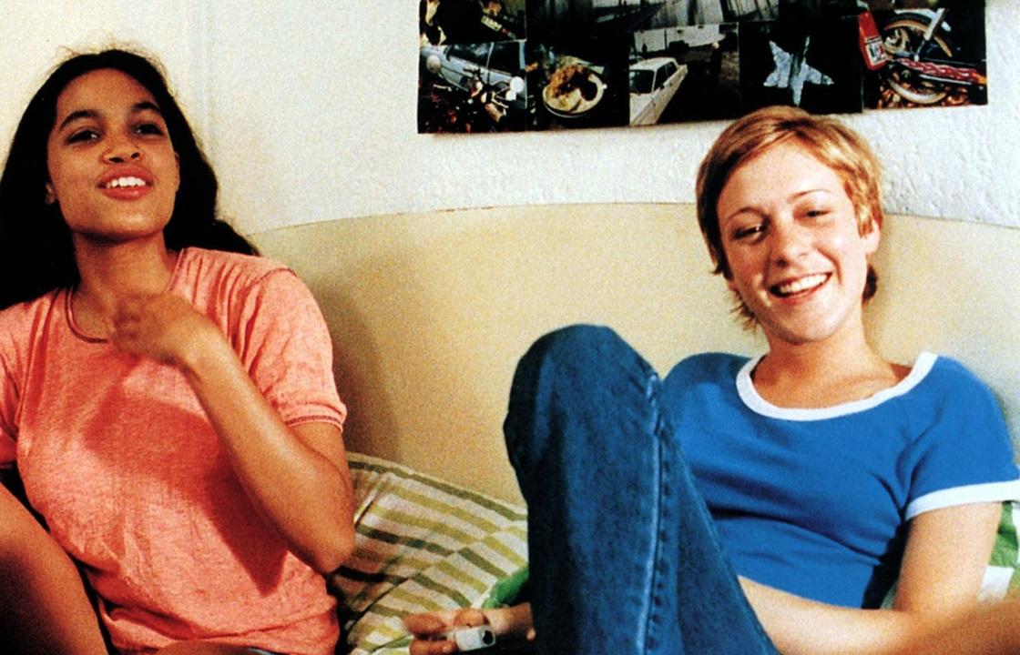 H Ροζάριο Ντόουσον και η Κλοέ Σεβινί στο «Kids» (1995). Η ηρωίδα της τελευταίας μολύνεται με AIDS
