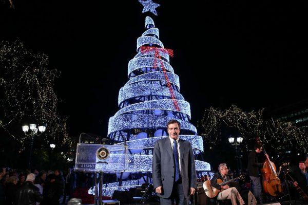 Ο δήμαρχος Αθηναίων φωταγώγησε το δέντρο στην Πλατεία (ΛΙΑΚΟΣ ΓΙΑΝΝΗΣ/Intimenews)