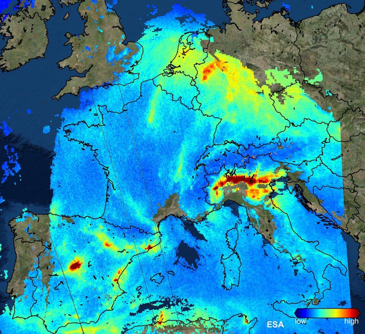 Στον χάρτη καταγράφεται η παρουσία του διοξειδίου του αζώτου στην ατμόσφαιρα της Δυτικής Ευρώπης στις 22 Νοεμβρίου. Κάτω δεξιά στην εικόνα υπάρχει μια μπάρα που δείχνει μέσω των χρωματικών αλλαγών τα επίπεδα του διοξειδίου του άνθρακα σε κάθε περιοχή. Credit: Copernicus Sentinel data (2017) - ESA/SRON