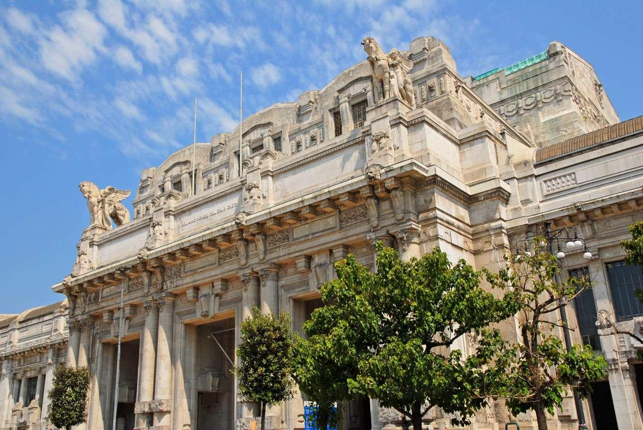 Ο Κεντρικός Σταθμός του Μιλάνου ανεγέρθη έπειτα από σχετική εντολή του Μουσολίνι για να αντικαταστήσει, εξαιτίας της αυξημένης κίνησης στους σιδηροδρόμους της Ιταλίας, τον παλιό σταθμό που έστεκε στη σημερινή Πλατεία Δημοκρατίας της πρωτεύουσας της Λομβαρδίας