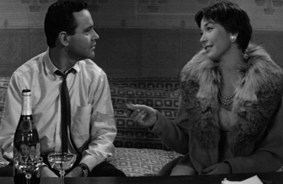Η Σίρλεϊ ΜακΛέιν προτιμά τελικά να περάσει την παραμονή  της Πρωτοχρονιάς με τον Τζακ Λέμον στο «The Apartment» (1960) του Μπίλι Γουάιλντερ και των τριών Οσκαρ