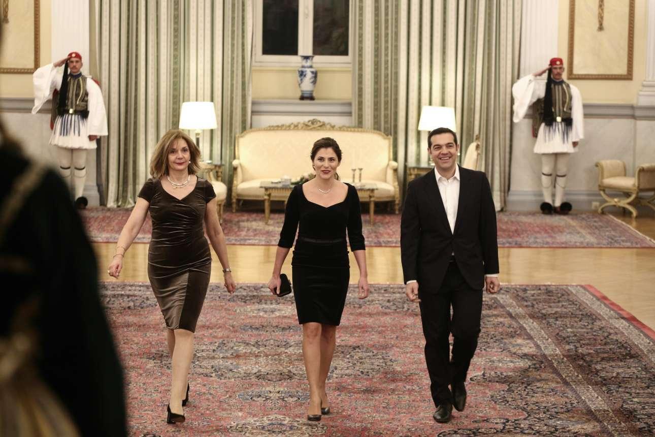 Ο Αλέξης Τσίπρας και η Μπέτυ Μπαζιάνα κατά την άφιξή τους στην αίθουσα δεξιώσεων