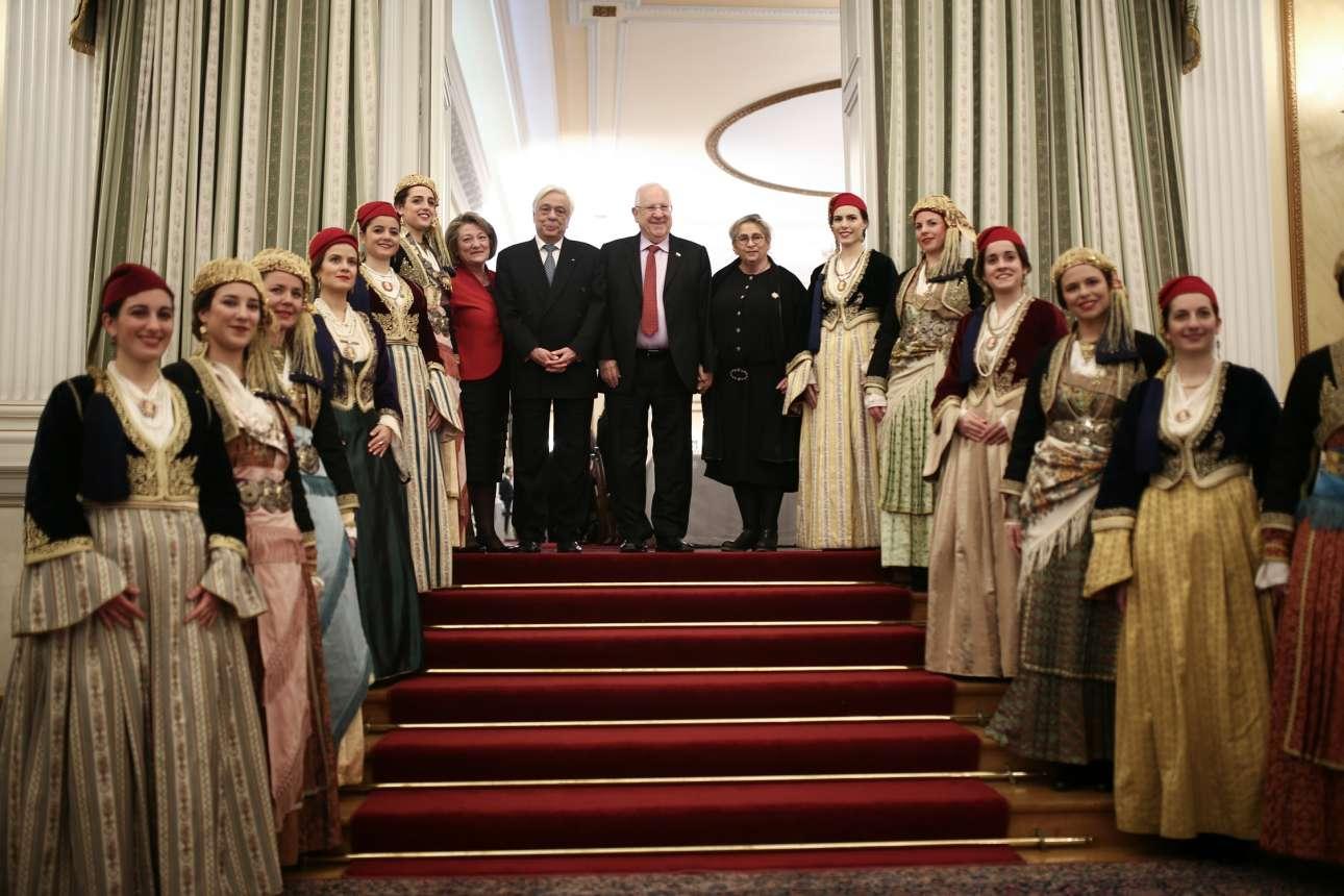 Τα προεδρικά ζεύγη Ελλάδας και Ισραήλ στην εθιμοτυπική φωτογραφία με τις κοπέλες με τις παραδοσιακές φορεσιές