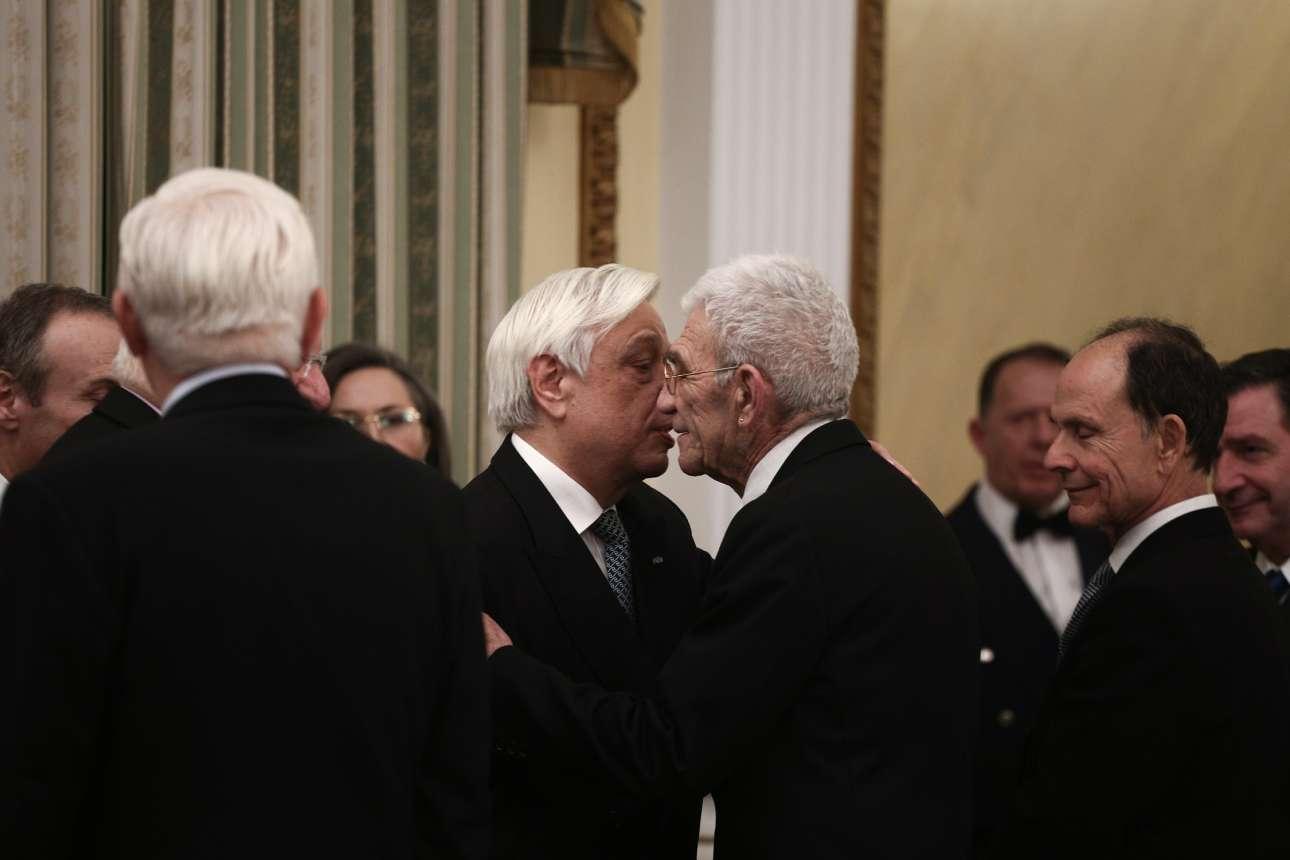Ο δήμαρχος Θεσσαλονίκης Γιάννης Μπουτάρης ασπάζεται τον Πρόεδρο της Δημοκρατίας Προκόπη Παυλόπουλο