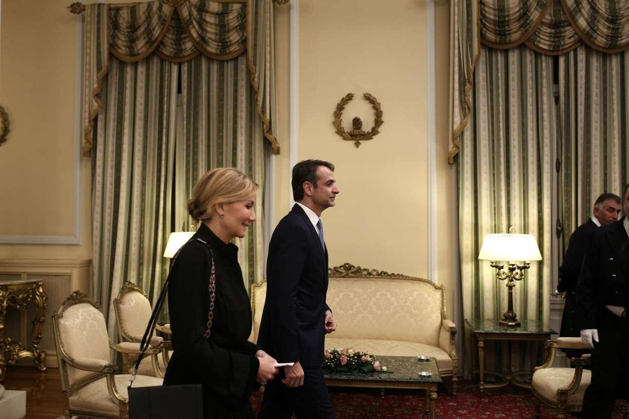 Ο πρόεδρος της ΝΔ Κυριάκος Μητσοτάκης κατά την άφιξή του στην αίθουσα δεξιώσεων του Προεδρικού, συνοδευόμενος από τη σύζυγό του Μαρέβα