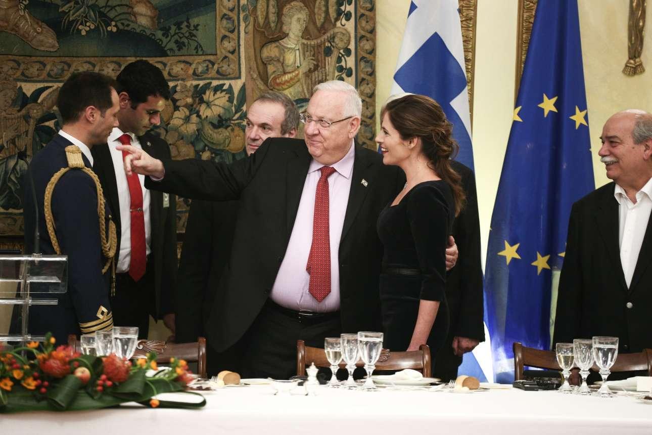 Ο πρόεδρος του Ισραήλ Ρεουβέν Ρίβλιν αγκαλιάζει την Μπέτυ Μπαζιάνα και κάτι της δείχνει