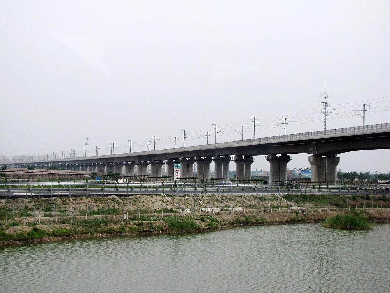 Η δεύτερη μεγαλύτερη γέφυρα βρίσκεται πάλι στην Κίνα: η Μεγάλη Γέφυρα Tianjin έχει μήκος 113,7 χιλιομέτρων