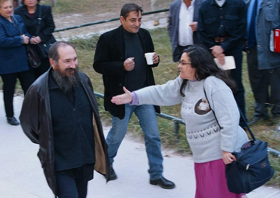 Οκτώβριος 2010, ο Τζίμης Πανούσης προσέρχεται στα δικαστήρια κατηγορούμενος για εξύβριση εθνικού συμβόλου και παράνομη αφισοκόλληση. Για να ολοκληρωθεί το σουρεάλ της κατηγορίας τού επιτίθεται η γνωστή Ελένη Λουκά