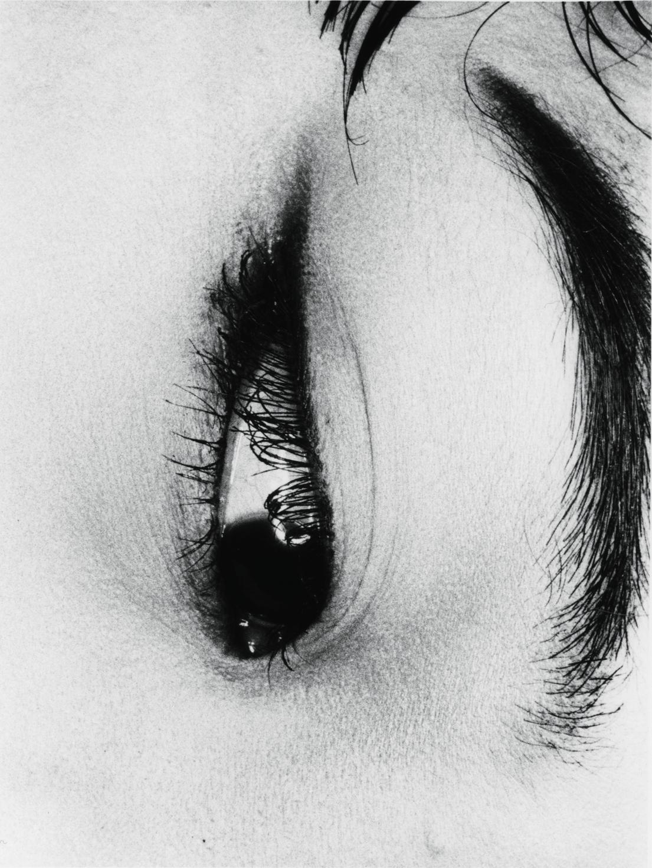 Nobuyoshi Araki, «The Look from Erotos», 1993. Παρόλο που ο Αράκι φημίζεται για τις πιο προκλητικές φωτογραφίες με πρακτικές σαδομαζοχισμού στην Ιαπωνία, η παραπάνω εικόνα επιλέχθηκε για την παράξενη γοητεία και το μυστήριο που εκπέμπει