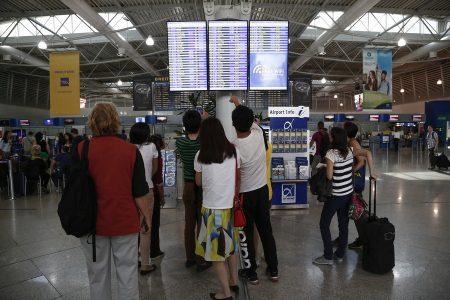Κόσμος κοιτάει τον πίνακα ανακοινώσεων που τους πληροφορεί για τις ακυρώσεις πτήσεων, στο αεροδρόμιο Ελευθέριος Βενιζέλος, Σπάτα Κυριακή 9 Οκτωβρίου 2016. Η Ένωση Ελεγκτών Εναέριας Κυκλοφορίας ανακοίνωσε την αναστολή των απεργιακών τους κινητοποιήσεων, λίγες ώρες πριν ξεκινήσουν και εγκλωβίσουν χιλιάδες επιβάτες στα αεροδρόμια της χώρας.   ΑΠΕ-ΜΠΕ/ΑΠΕ-ΜΠΕ/ΓΙΑΝΝΗΣ ΚΟΛΕΣΙΔΗΣ