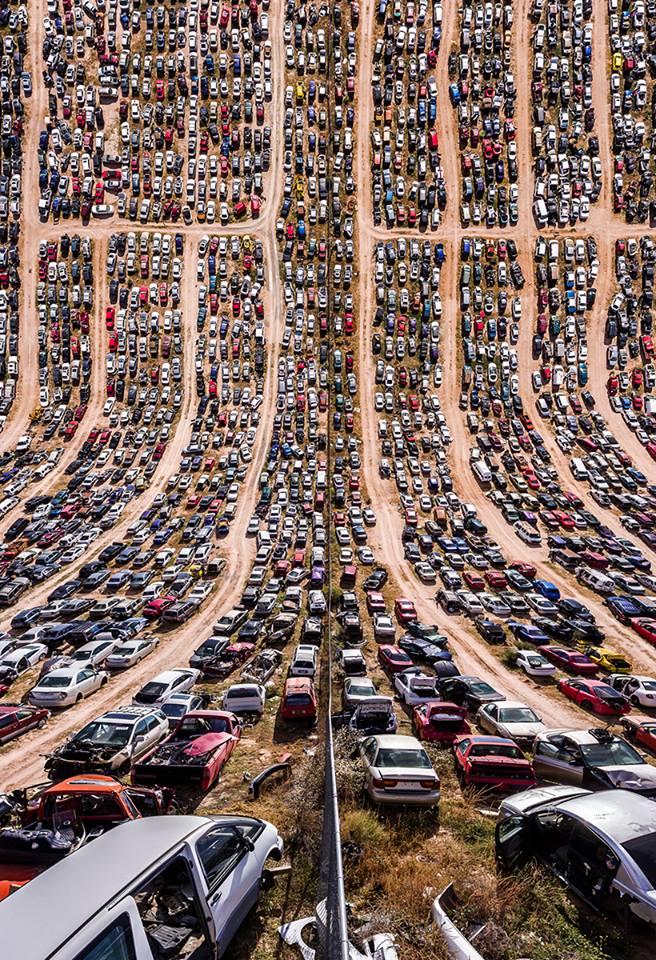 Μάντρα αυτοκινήτων στο Νέο Μεξικό των ΗΠΑ. Μέσω του Google Earth o Μπουγιουκτάς ανακάλυψε περιοχές που θα είχαν ενδιαφέρον «αναποδογυρισμένες» και στη συνέχεια τις επισκέφτηκε με το drone του