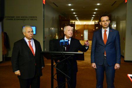 Ο ειδικός διαπραγματευτής του ΟΗΕ για το ζήτημα της ονομασίας της ΠΓΔΜ, Μάθιου Νίμιτς (Matthew Nimetz) (Κ), σε δηλώσεις μετά την συνάντηση και τις συνομιλίες που είχε με τους διαπραγματευτές Ελλάδος και ΠΓΔΜ, πρέσβεις Αδαμάντιο Βασιλάκη (Α) και Βάσκο Ναουμόφσκι (Vasko Naumovski) (Δ), την Τετάρτη 17 Ιανουαρίου 2018, στην έδρα των Ηνωμένων Εθνών στη Νέα Υόρκη. ΑΠΕ ΜΠΕ/GANP/ΔΗΜΗΤΡΗΣ ΠΑΝΑΓΟΣ