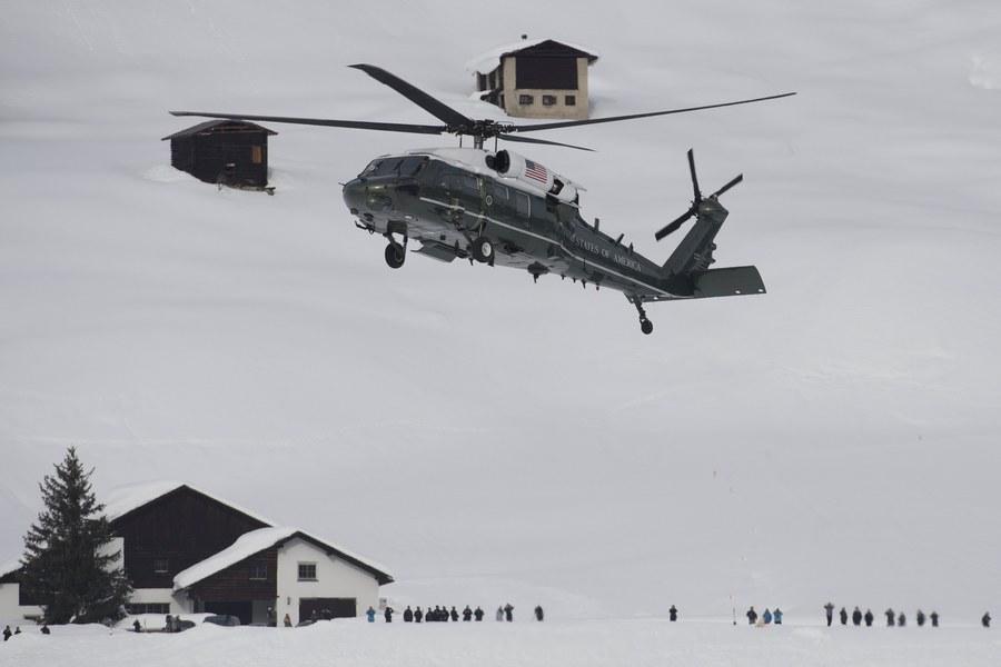 Το προεδρικό ελικόπτερο ετοιμάζεται να προσγειωθεί στο Νταβός