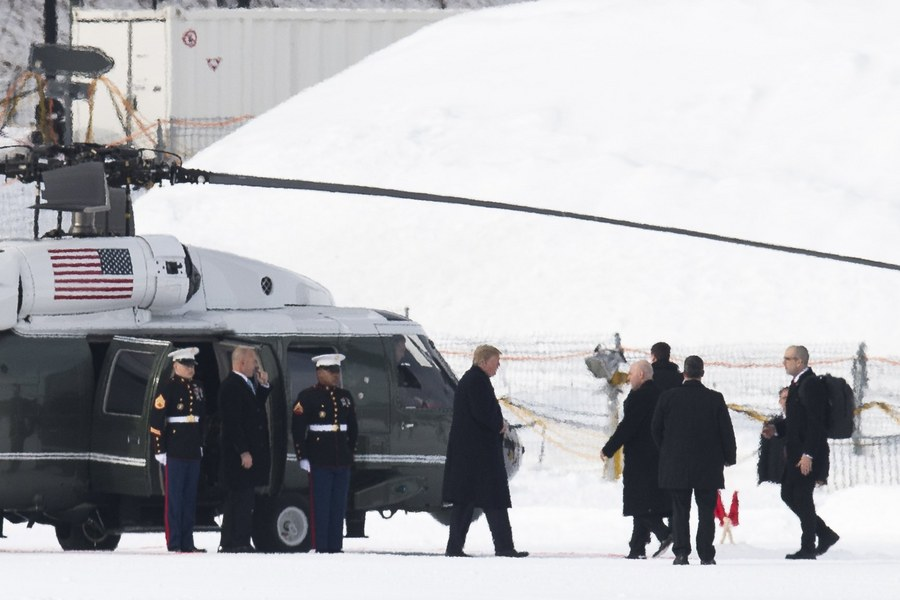 O Τραμπ κατεβαίνει από το ελικόπτερο και κάνει τα πρώτα του βήματα στο παγωμένο Νταβός