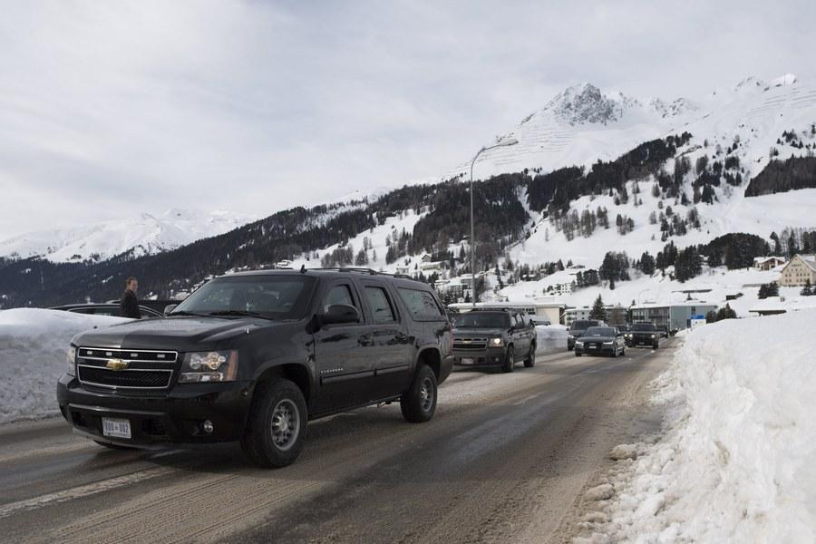 Η αυτοκινητοπομπή με τον αμερικανό πρόεδρο κατευθύνεται προς το ξενοδοχείο όπου κατέλυσε