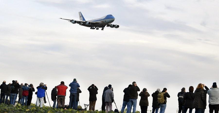 Το Air Force One που μεταφέρει τον κ. Τραμπ προσεγγίζει το αεροδρόμιο της Ζυρίχης
