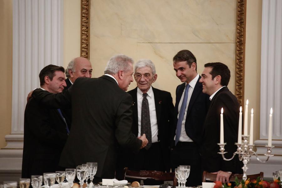 Μια εικόνα μακριά από την πολιτική ένταση των ημερών. Ο επίτροπος Μετανάστευσης Δημήτρης Αβραμόπουλος κάτι λέει στους Τσίπρα, Μητσοτάκη και Μπουτάρη έχοντας αγκαλιά τον Γιώργο Καμίνη και υπό το βλέμμα του υφ. Εξωτερικών Γιάννη Αμανατίδη. Σύμφωνα με το ρεπορτάζ ο κ. Αβραμόπουλος ελάφρυνε την ατμόσφαιρα με ανέκδοτα!
