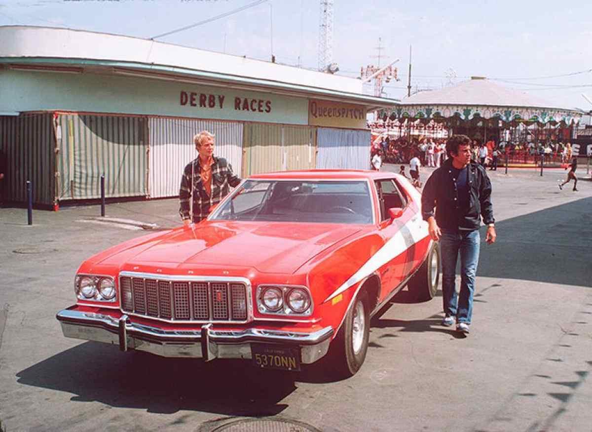 Ford Gran Torino. Κλασική καλτιά των '70s (1975-1979) με τους «Στάρσκι και Χατς» να αφήνουν ιστορία στους δρόμους του υποτιθέμενου Bay City της Καλιφόρνια, μέσα σε μια κόκκινη Ford Gran Torino που είχε σαν κύριο χαρακτηριστικό της τις λευκές ρίγες, στο πλάι. Αξιο αναφοράς είναι το ότι οι πρωταγωνιστές απεχθάνονταν το μοντέλο αυτό, τόσο για την οδηγική του συμπεριφορά, όσο και για τις μάλλον αναιμικές επιδόσεις του!