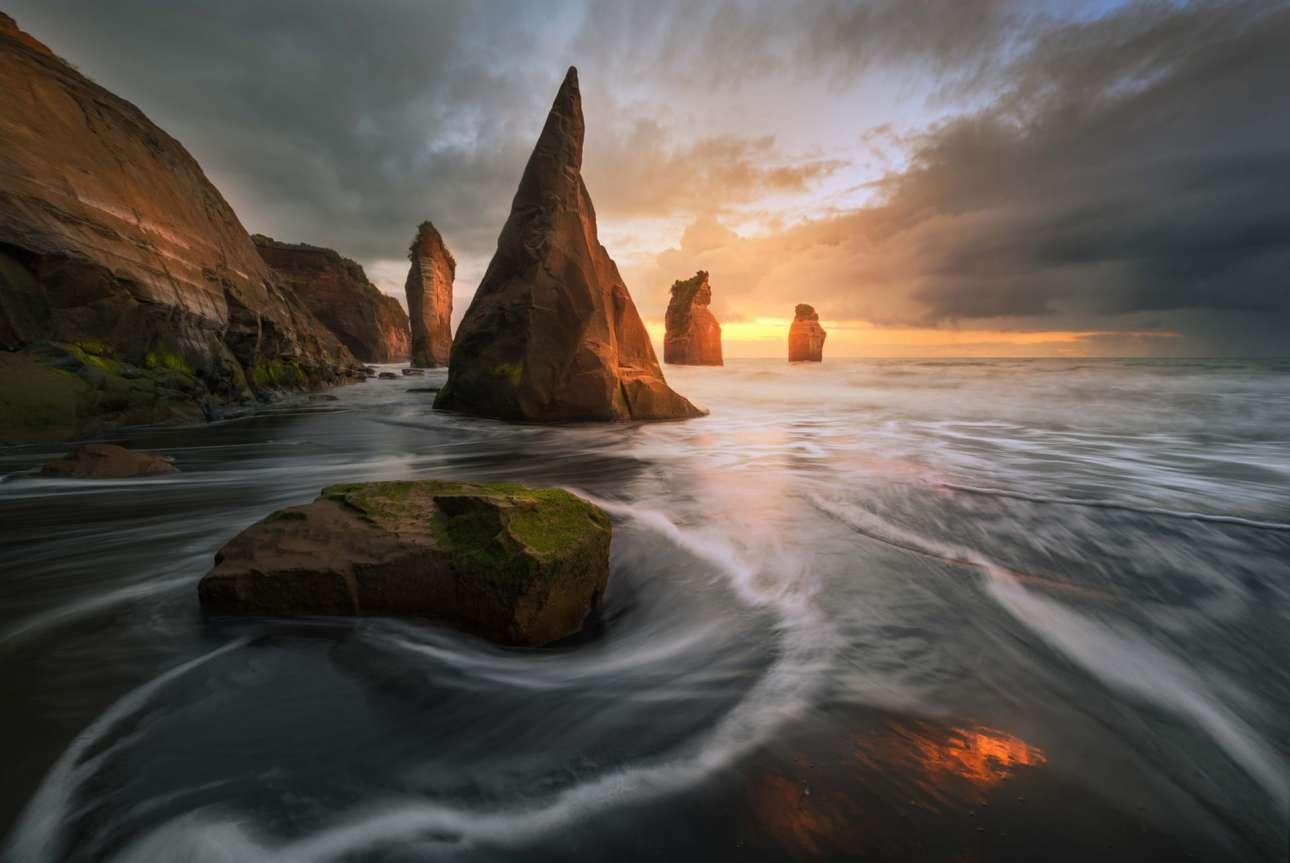Η μαγευτική παραλία «Τρεις Αδελφές» στο Νέο Πλίμουθ της Νέας Ζηλανδίας, με τη μαύρη άμμο και τους γιγαντιαίους βράχους