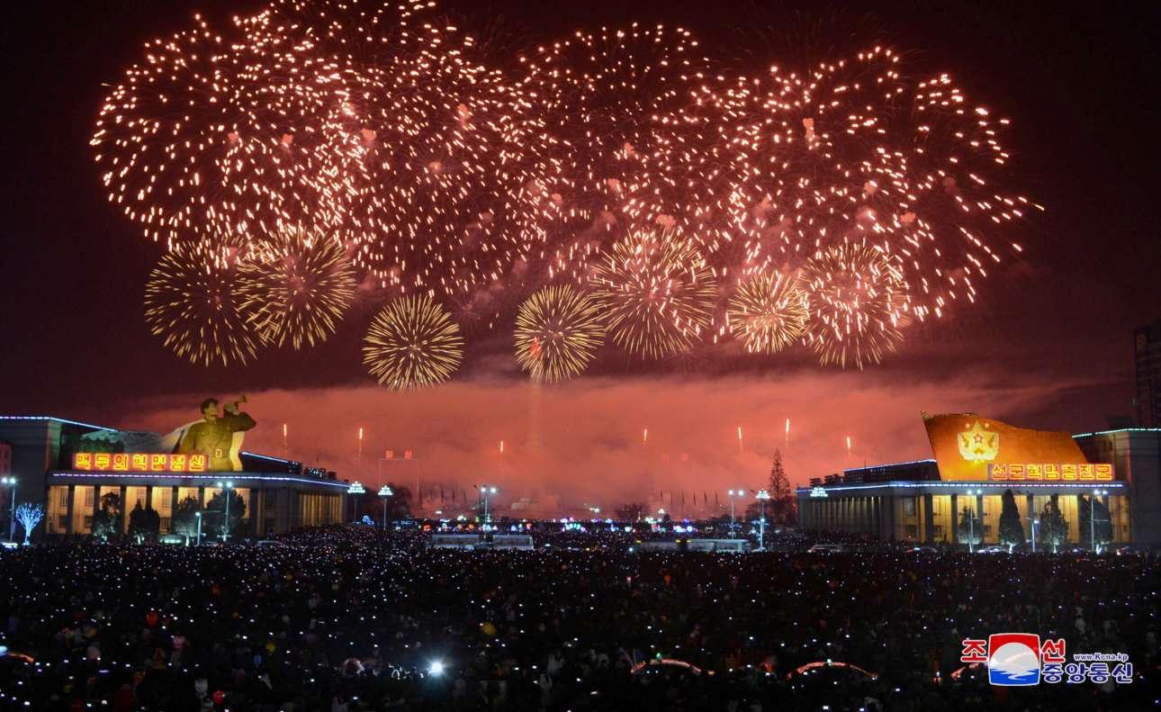 Οχι, δεν είναι πυραυλικές δοκιμές. Στην Πιονγιάνγκ, πρωτεύουσα της Βόρειας Κορέας, ο κόσμος γιόρτασε και αυτός την έλευση του 2018, υμνώντας φυσικά τον δικτάτορα Κιμ Γιονγκ Ουν. Τουλάχιστον αυτό έδειξε η κρατική τηλεόραση