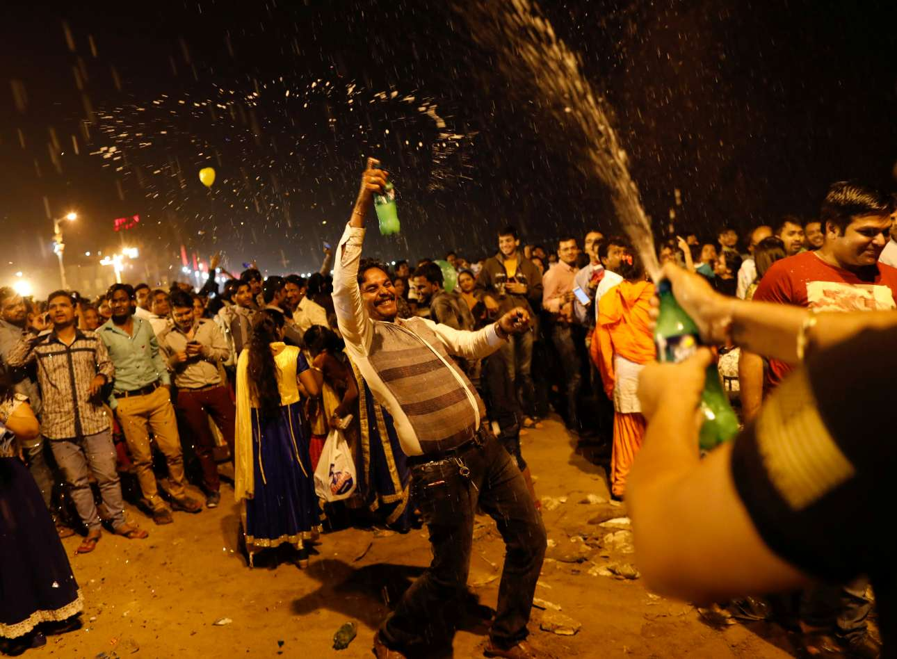 Ξέφρενο πάρτι σε παραλία στη Βομβάη (Μουμπάι) στην Ινδία