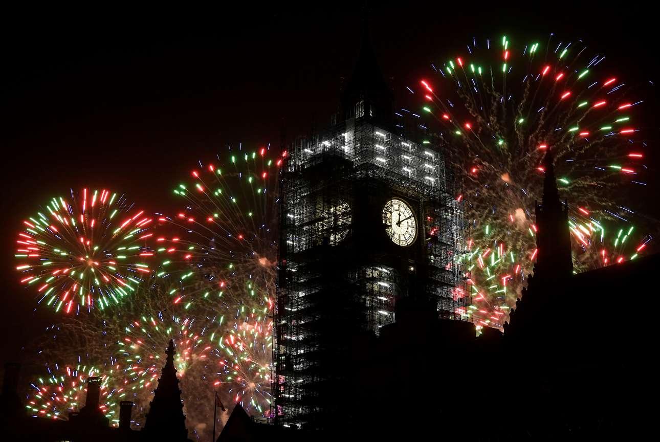 Under construction. O Μπιγκ Μπεν, φωτίζεται από τα πυροτεχνήματα καθώς και το Λονδίνο υποδέχτηκε με τη σειρά του το 2018. Το εμβληματικό ρολόι βρίσκεται εδώ και καιρό σε φάση ανακατασκευής