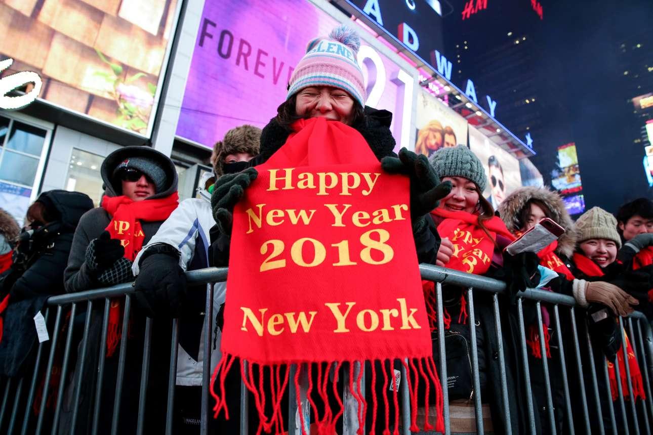 Επίκεντρο των εορτασμών, φυσικά, η Τάιμς Σκουέαρ της Νέας Υόρκης όπου, από πολύ νωρίς το βράδυ της Κυριακής, είχαν συρρεύσει τουρίστες για να βρουν μια καλή θέση