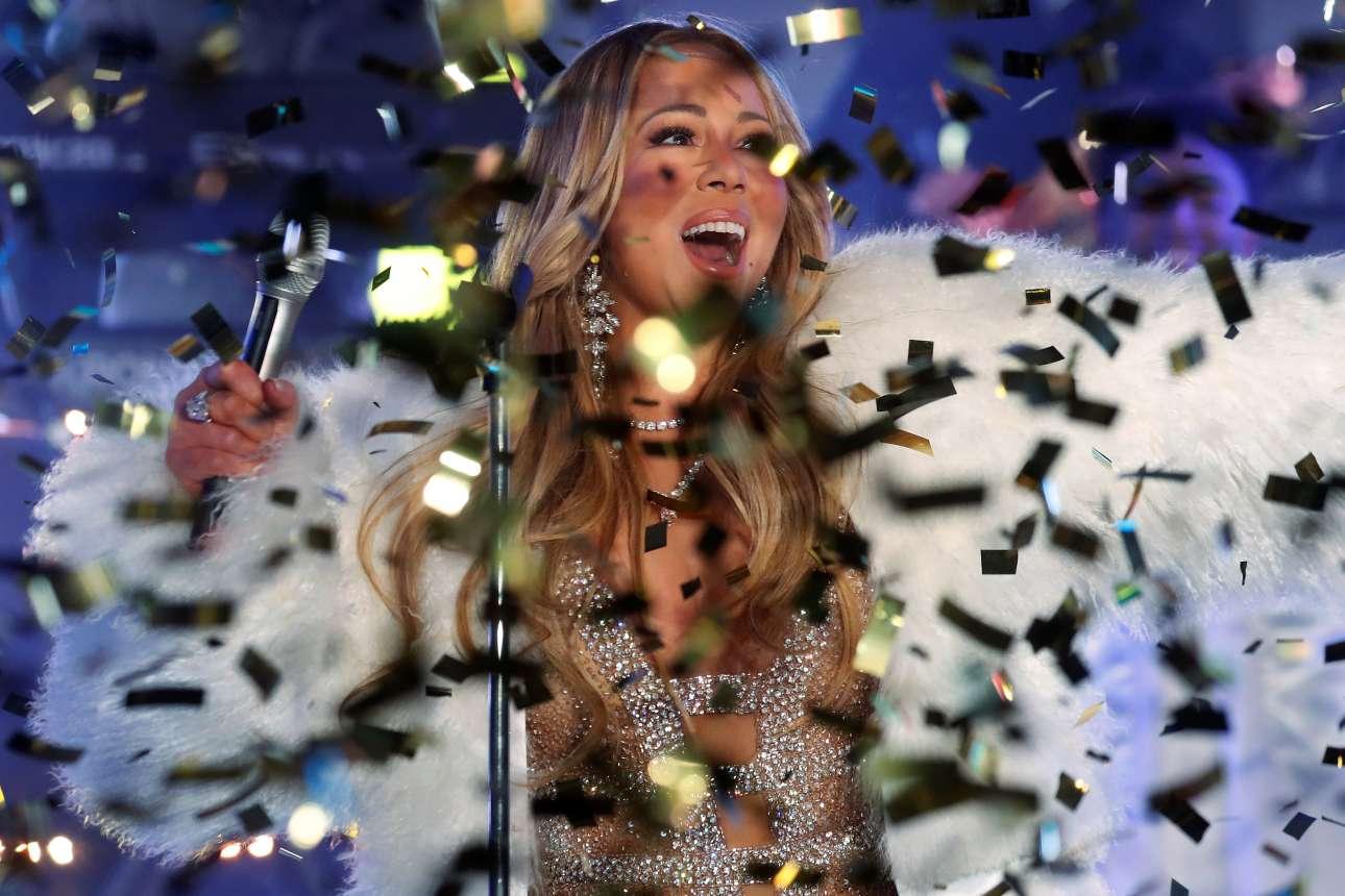 Γκλίτερ και Μαράια Κάρεϊ. Η αμερικανίδα τραγουδίστρια επί σκηνής στη συναυλία που συνόδευσε τους εορτασμούς για τον ερχομό του 2018 στην Τάιμς Σκουέαρ του Μανχάταν