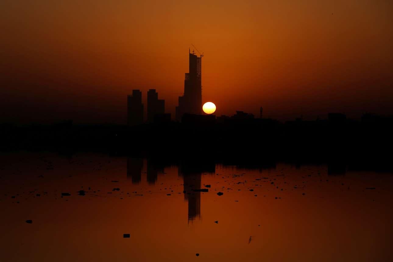 Η πρώτη ανατολή του 2018 στο Πακιστάν, φωτίζει τον υπό κατασκευή ουρανοξύστη Μπαρία Ικόν, στο Καράτσι