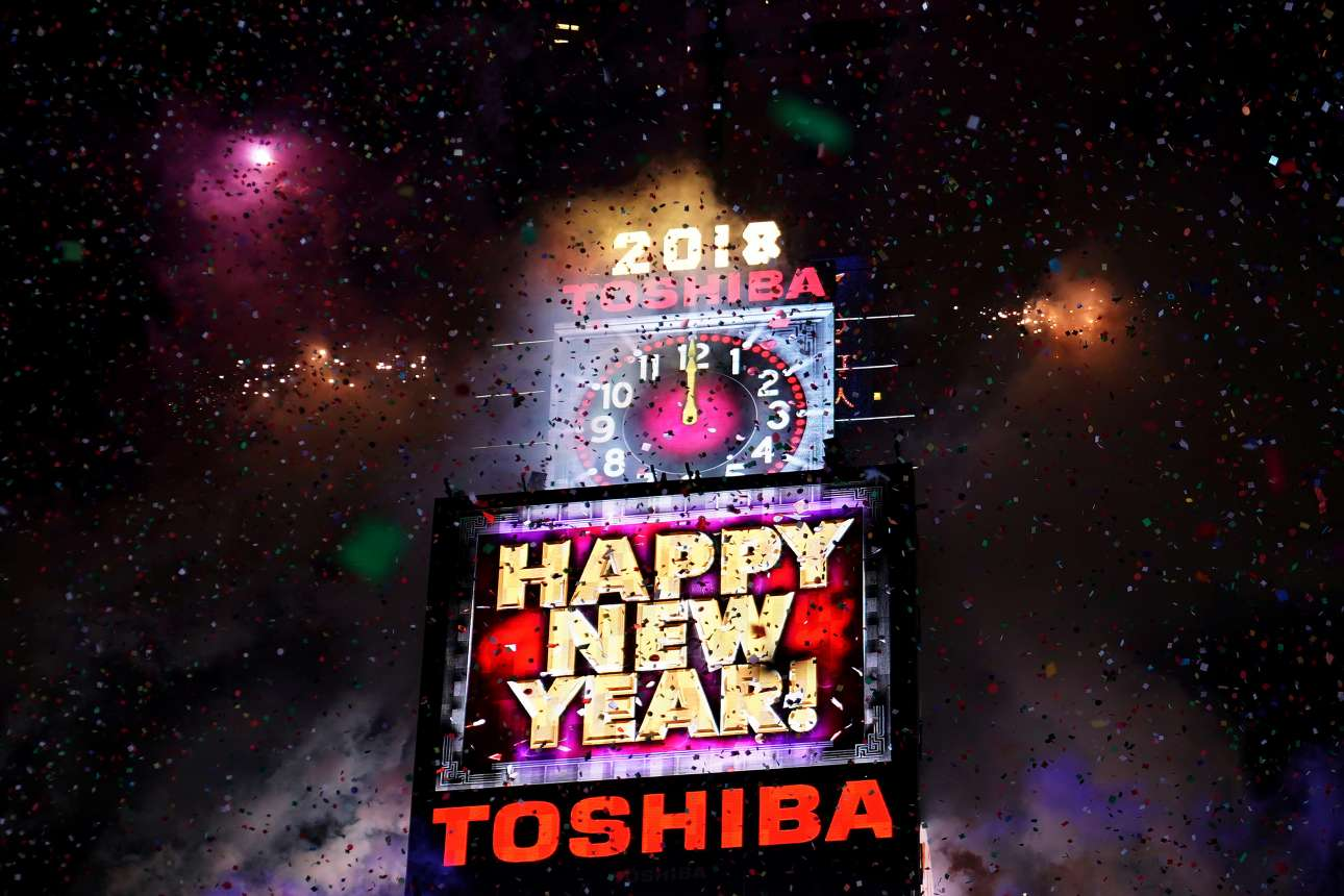Την ίδια ώρα στο Μανχάταν, της Νέας Υόρκης, το ρολόι στην Τάιμς Σκουέαρ δείχνει 12 τα μεσάνυχτα. «Happy New Year», κομφετί, πυροτεχνήματα και φυσικά χορηγοί...