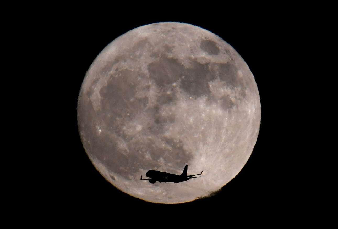 Τα φαινόμενα απατούν και το αεροσκάφος απλώς προσγειώνεται στο Χίθροου στο Λονδίνο - αν και μοιάζει να ταξιδεύει προς τη πανσέληνο