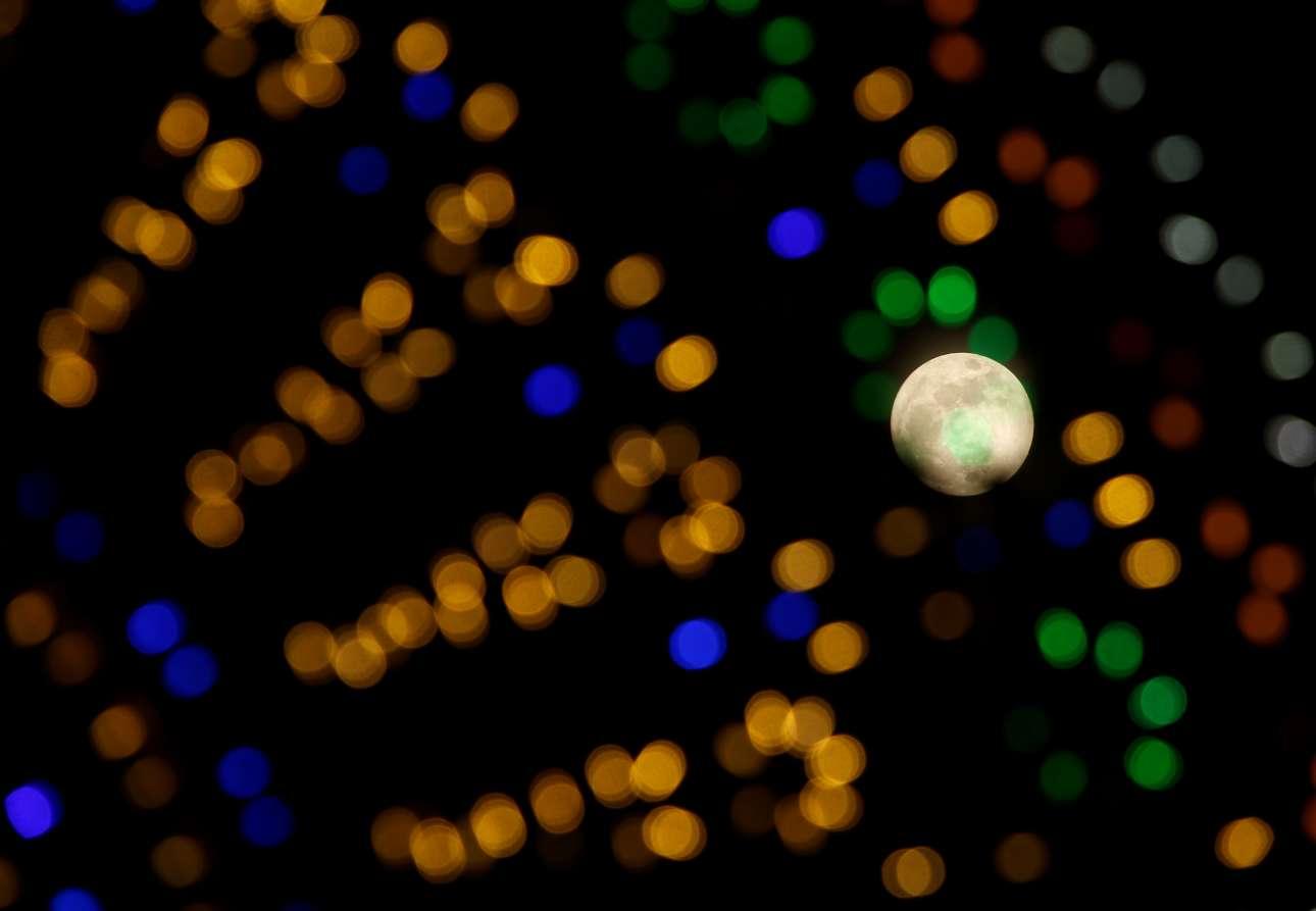 Η Σελήνη ξετρυπώνει μέσα από τη χριστουγεννιάτικη διακόσμηση στη Βαλέτα της Μάλτας