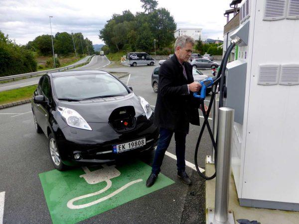 Νορβηγός ετοιμάζεται να φορτίσει το αυτοκίνητό του - καθημερινή ρουτίνα (REUTERS/Alister Doyle/File Photo)