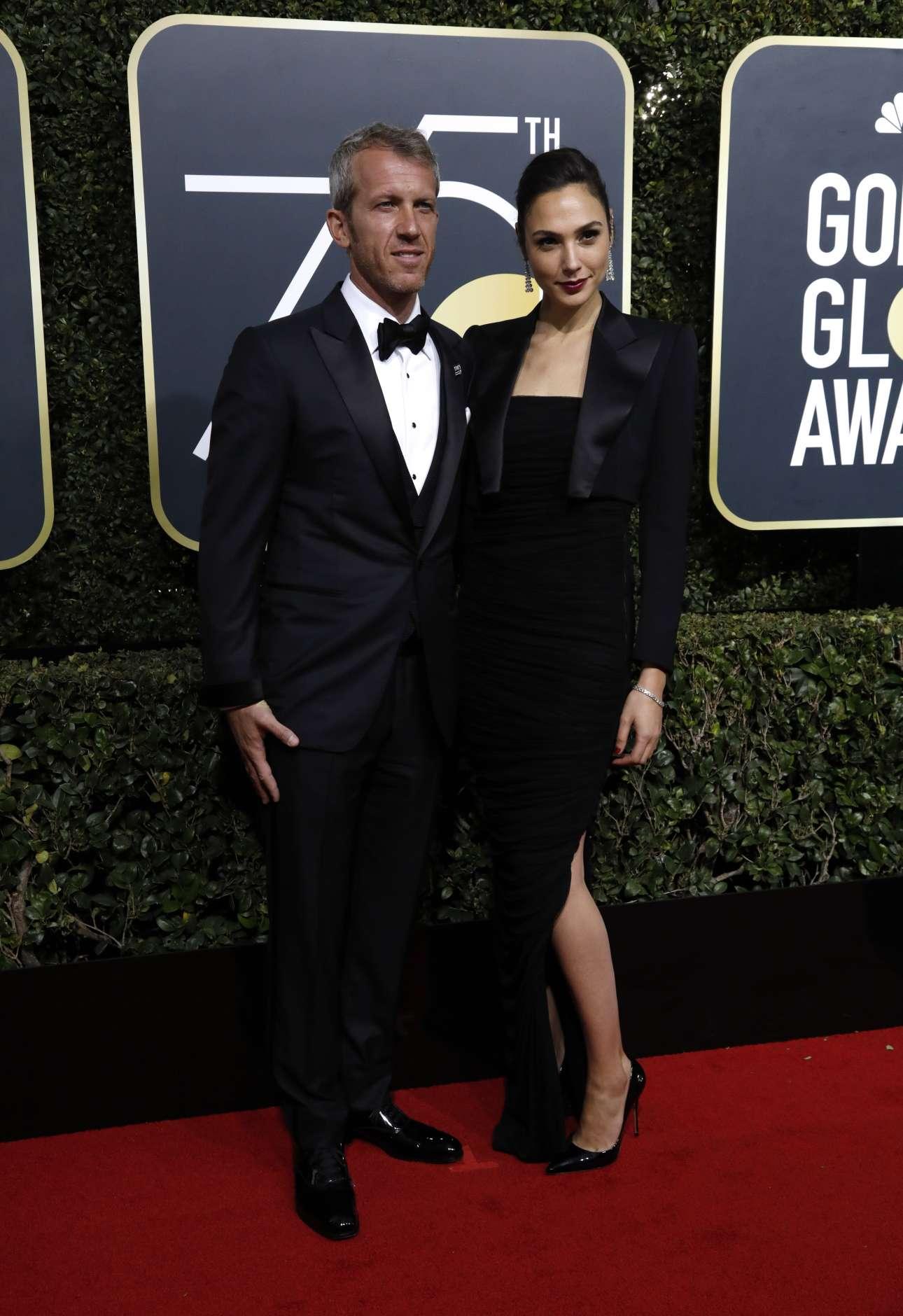 H ισραηλινή ηθοποιός Γκαλ Γκαντόντ, η πιο «επικερδής» στο Χόλιγουντ, καταφθάνει στην τελετή, με τον σύζυγό της Γιάρον Βερσάνο