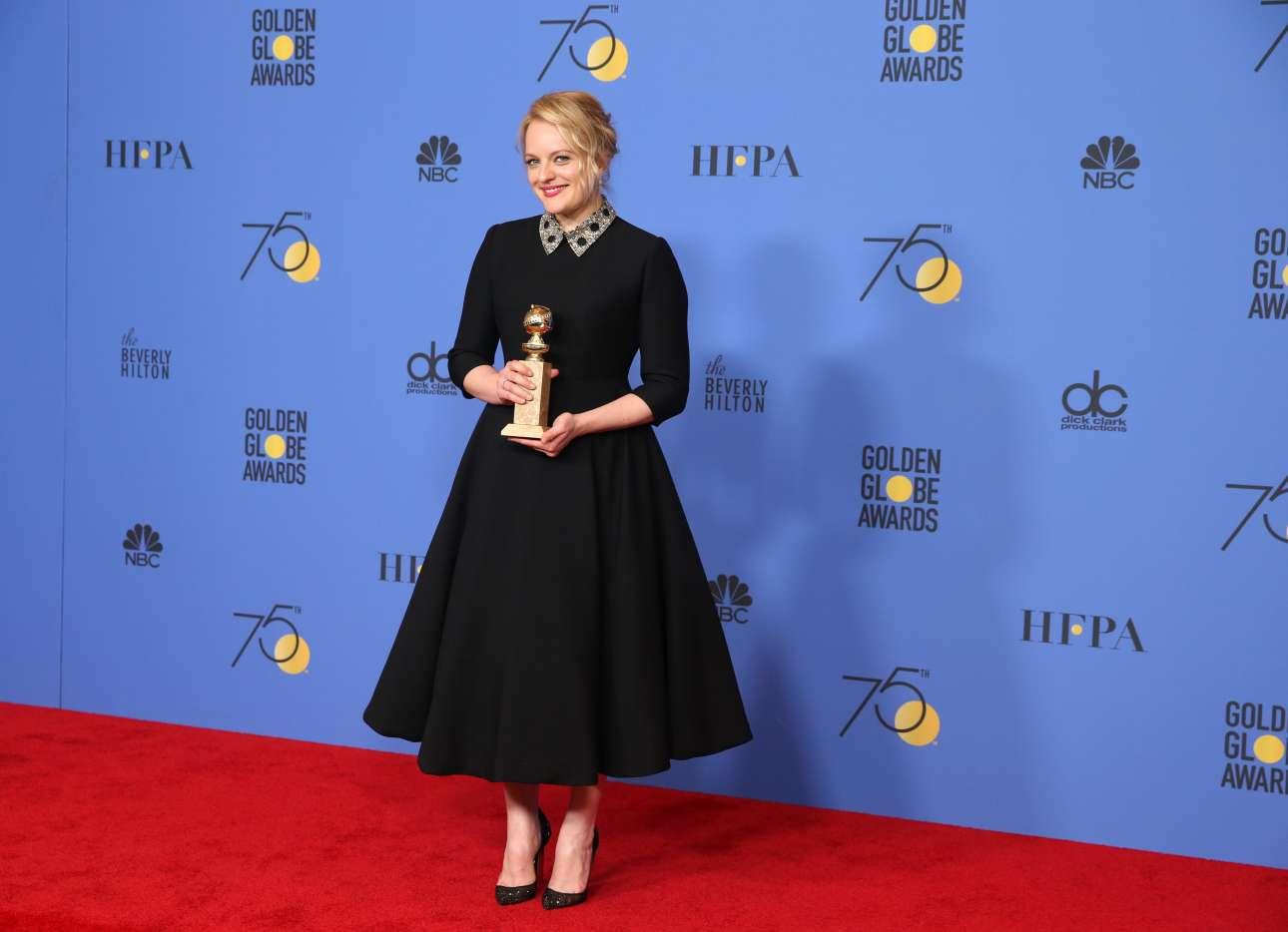 H Ελίζαμπεθ Μος με το βραβείο καλύτερης γυναικείας ερμηνείας σε τηλεοπτική σειρά για το «Τhe Handmaid's Tale»