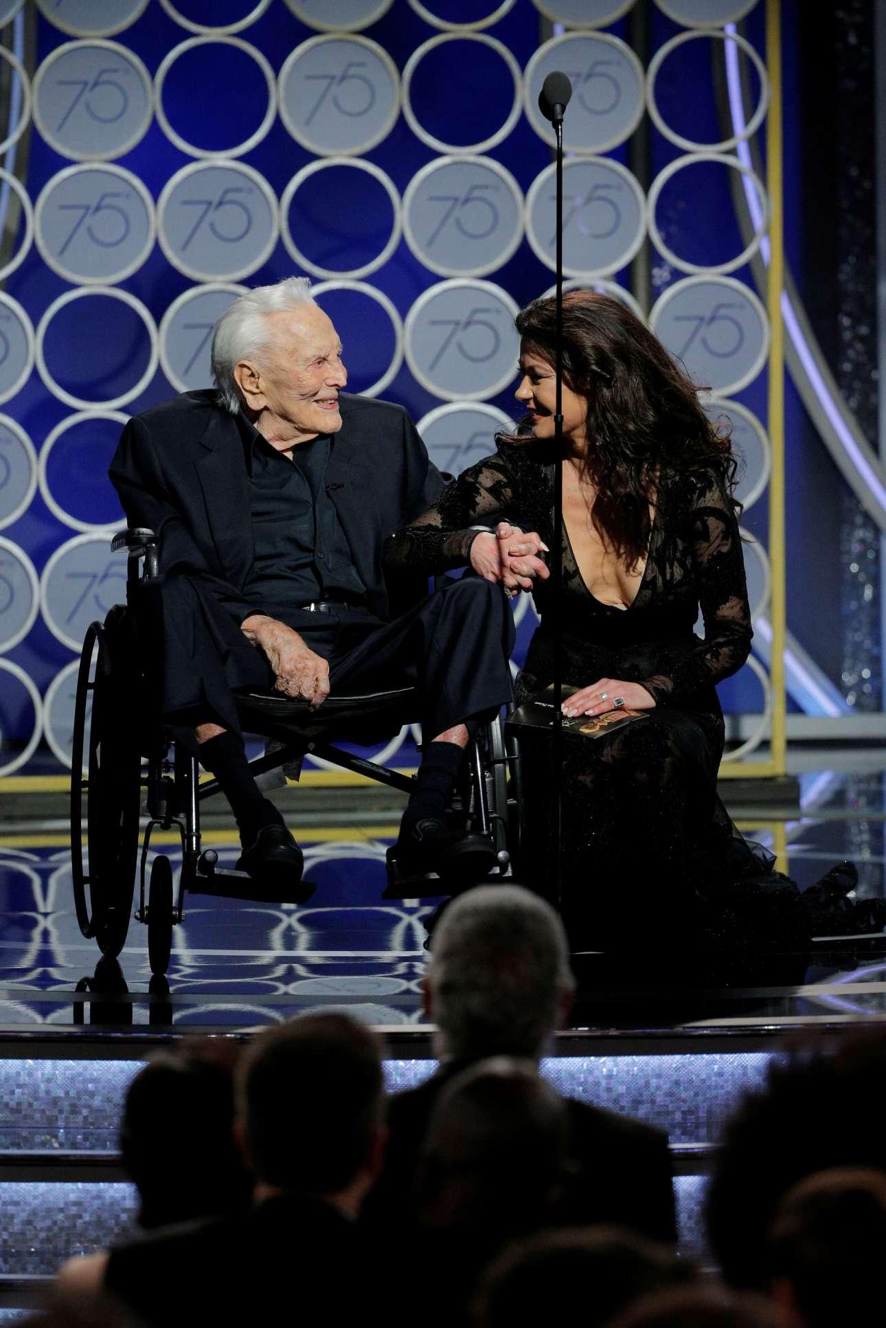 O θρύλος Κερκ Ντάγκλας, στα 101 του, κάνει την εμφάνισή του στο πλευρό της νύφης του, Κάθριν Ζέτα Τζόουνς