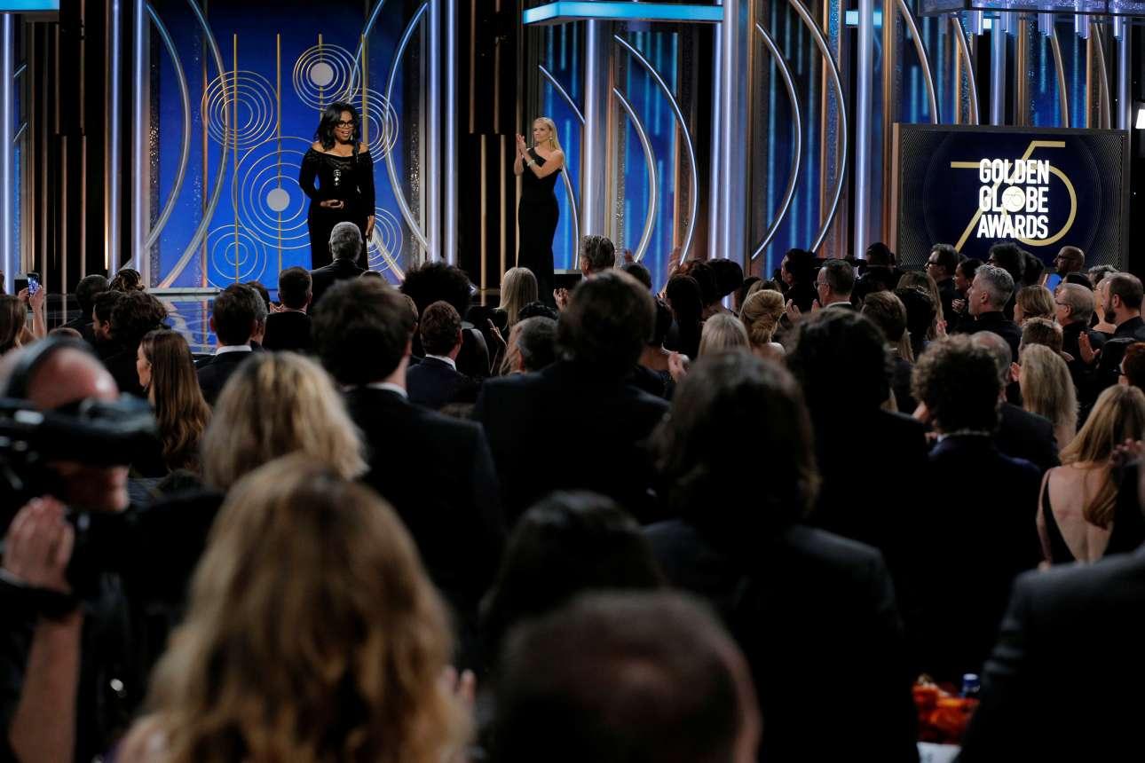H Οπρα Γουίνφρεϊ, παραλαμβάνει το βραβείο «Σεσίλ Μπ. ΝτεΜίλ», για την προσφορά της στον χώρο του θεάματος. Η Ρις Γουίδερσπουν επί σκηνής και όλοι οι υπόλοιποι από κάτω χειροκροτούν όρθιοι