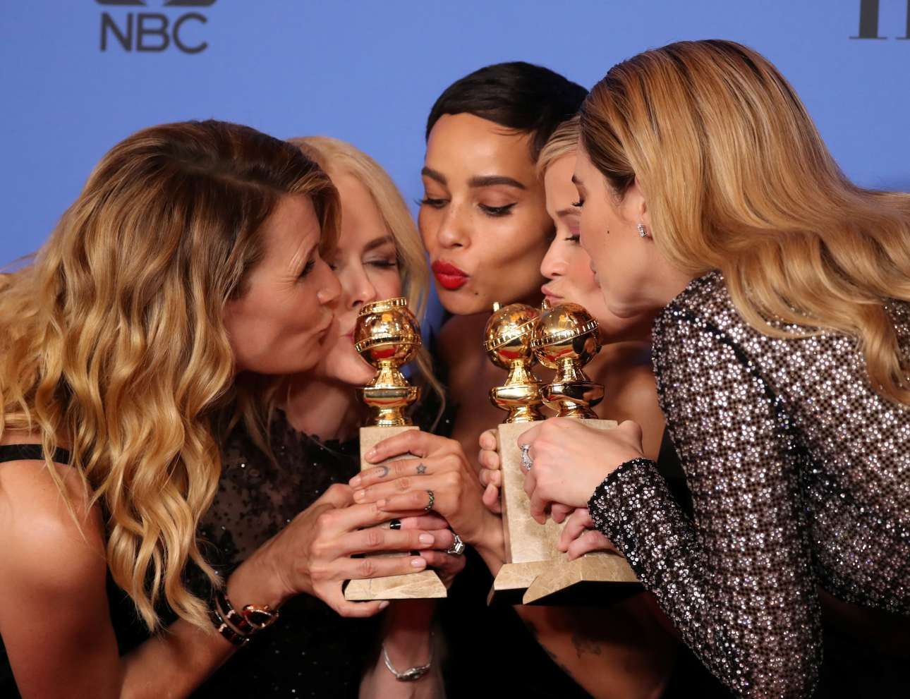 Τα κορίτσια το γλεντάνε: Λόρα Ντερν, Νικόλ Κίντμαν, Ζόε Κράβιτζ, Ρις Γουίδερσπουν και Σαϊλίν Γούντλεϊ πανηγυρίζουν για το βραβείο του «Big Little Lies», καλύτερης μίνι σειράς