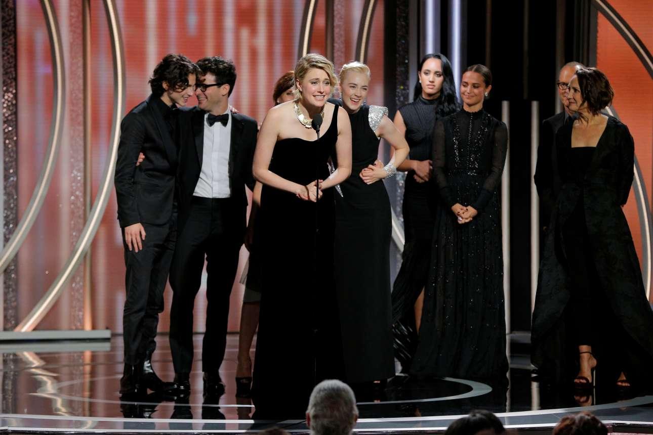H Γκρέτα Γκέργουινκ, σκηνοθέτης του φιλμ «Lady Bird», πανηγυρίζει μαζί με τους υπόλοιπους συντελεστές για το βραβείο καλύτερης ταινίας στην κατηγορία της κωμωδίας-μιούζικαλ