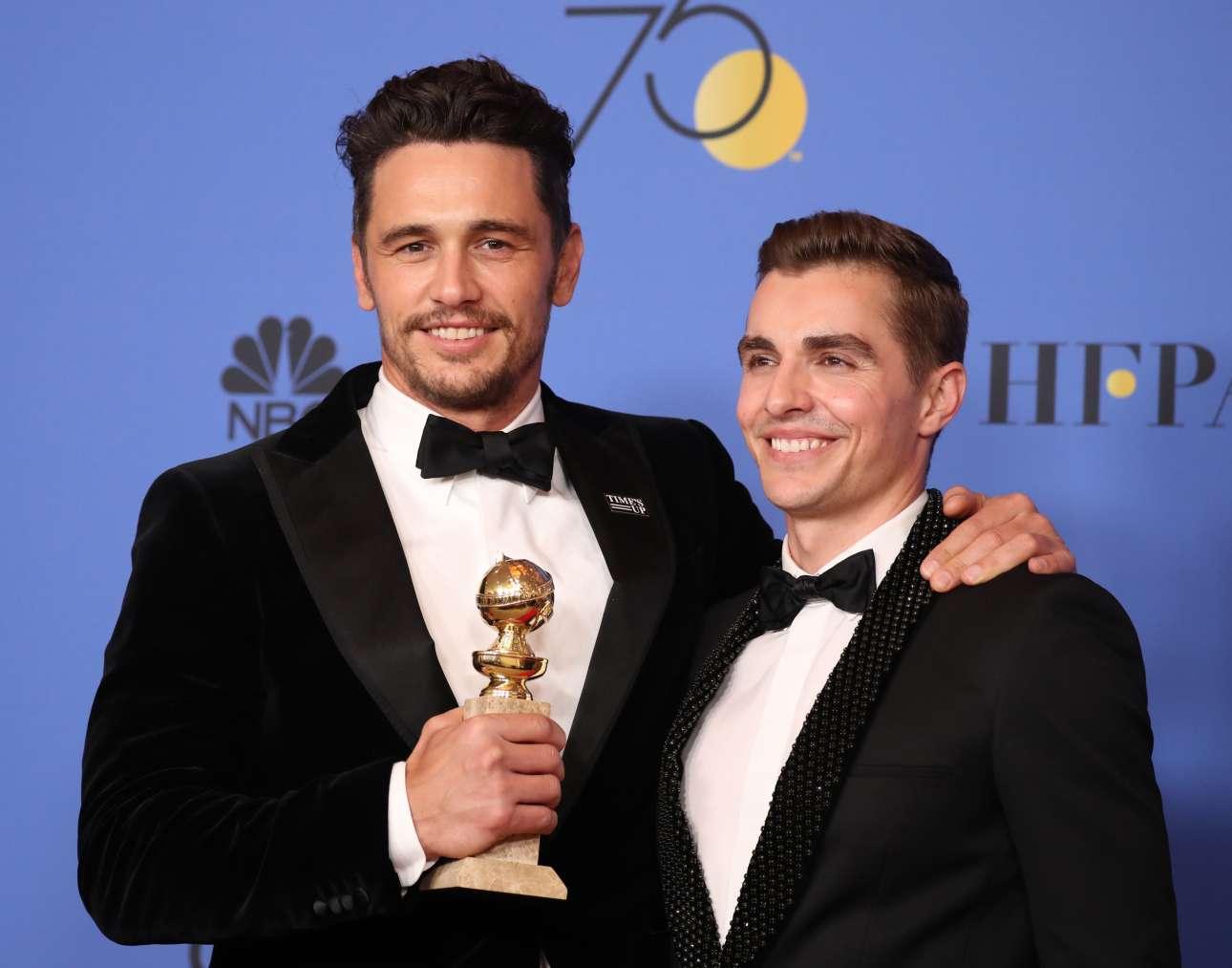 Ο Τζέιμς Φράνκο, ποζάρει παρέα με τον αδελφό του Ντέιβ, με το βραβείο καλύτερης ανδρικής ερμηνείας σε κωμωδία ή μιούζικαλ, για τον ρόλο του στο «The Disaster Artist»