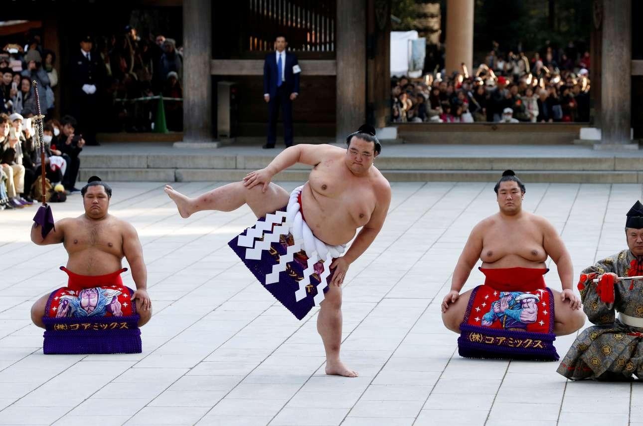Τρίτη, 9 Ιανουαρίου, Τόκιο. Παλαιστές σούμο σε στιγμιότυπο από επίδειξη για τον εορτασμό του νέου έτους στον ιερό ναό Μέιτζι