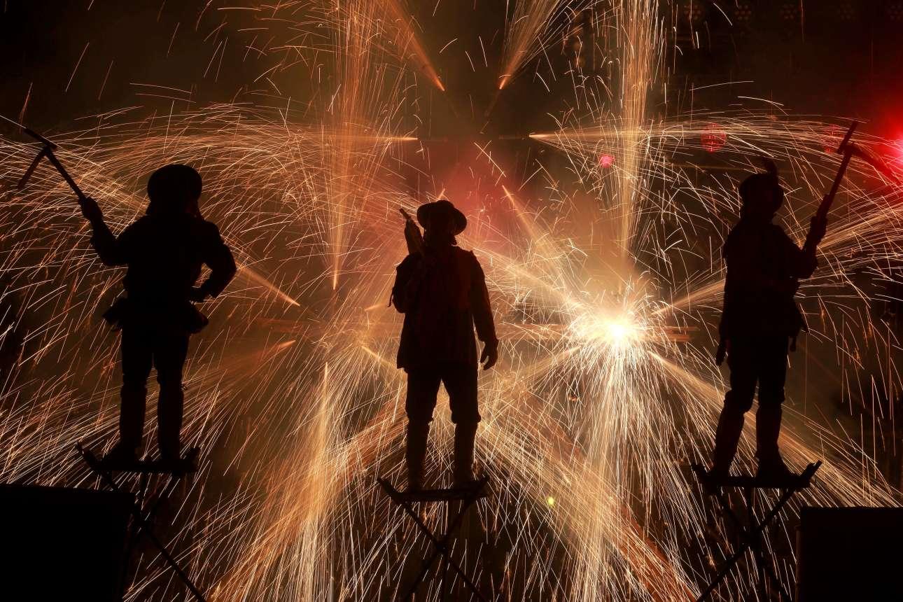 Τετάρτη, 10 Δεκεμβρίου, Χιλή. Εντυπωσιακό στιγμιότυπο από την παράσταση «Fahrenheit Ara Pacis» κατά τη διάρκεια του Διεθνούς Φεστιβάλ Θεάτρου Santiago a Mil στο Σαντιάγο