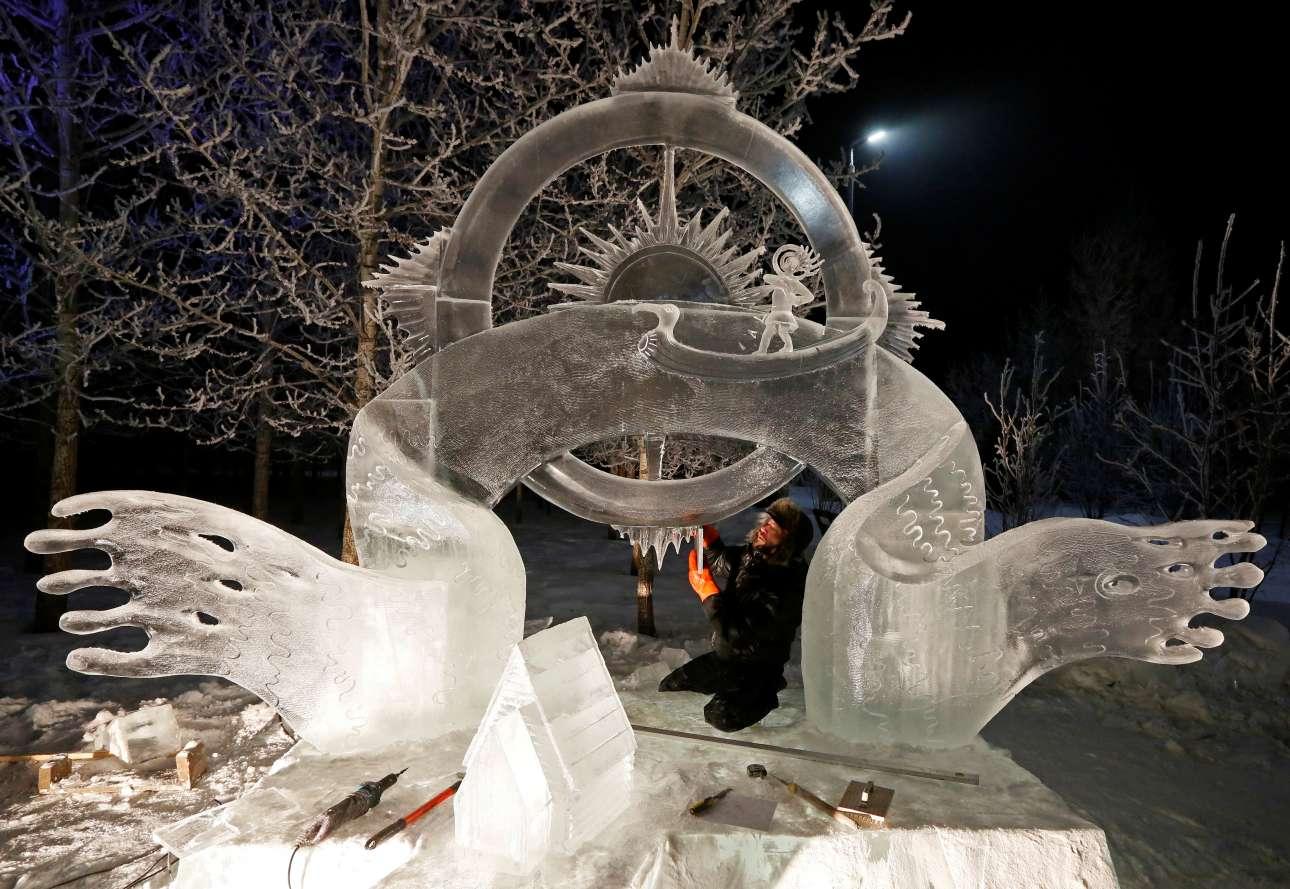Τετάρτη, 10 Ιανουαρίου, Κρασνογιάρσκ. Ο Αλεξάντερ Παρφιόνοβ δουλεύει πάνω στο γλυπτό από πάγο το οποίο φέρει τον τίτλο «Ολα τα ποτάμια κυλούν» (All rivers flow). Το γλυπτό εκτίθεται στο διεθνές φεστιβάλ χιονιού και πάγου «Ο μαγικός πάγος της Σιβηρίας»