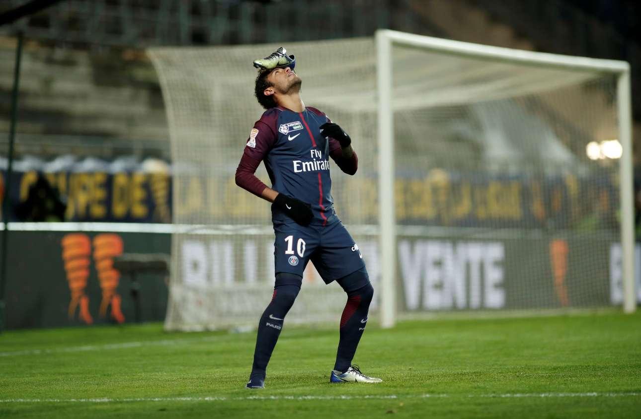 Τετάρτη, 10 Δεκεμβρίου, Γαλλία. Ενας ιδιαίτερος πανηγυρισμός από τον βραζιλιάνο Νεϊμάρ της Παρί Σεν Ζερμέν λίγο μετά το γκολ του απέναντι στην Αμιέν για το Κύπελλο Γαλλίας