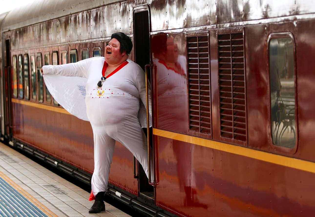 Πέμπτη, 11 Ιανουαρίου, Αυστραλία. Ο Σιν Ράιτ, μίμος του Ελβις Πρίσλεϊ ποζάρει δίπλα στην αμαξοστοιχία «Elvis Express» στον κεντρικό σιδηροδρομικό σταθμό του Σίδνεϊ,  λίγο πριν ξεκινήσει το ταξίδι του για την πόλη Παρκς, όπου διεξάγεται φεστιβάλ αφιερωμένο στον Ελβις