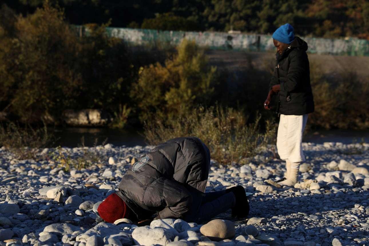 Λίγο πριν φτάσουν στα σύνορα με την Γαλλία, δύο μετανάστες προσεύχονται για ένα καλύτερο μέλλον