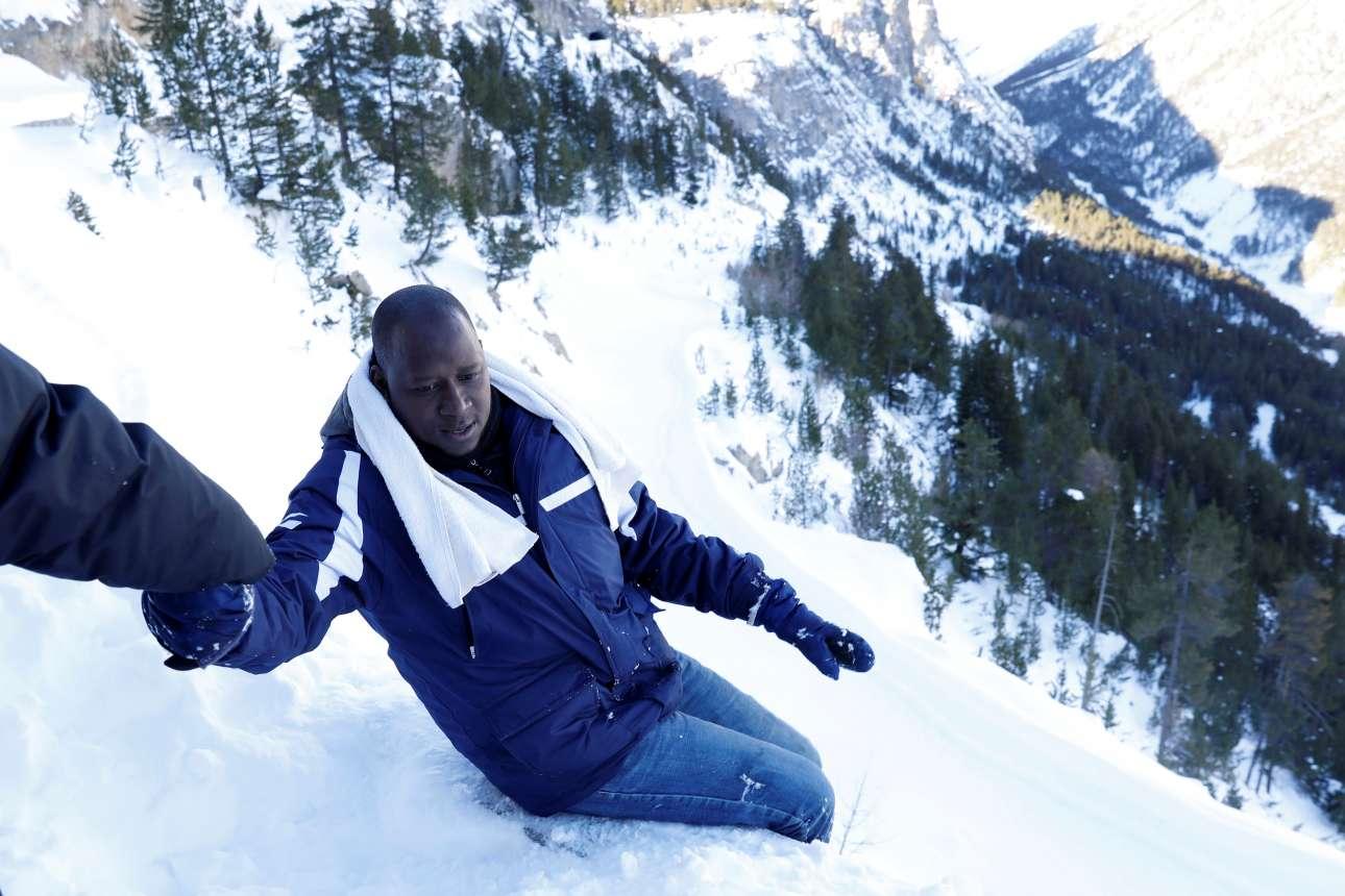 Ο 38χρονος Αμπντουλάι προσπαθεί να κατέβει έναν χιονισμένο λόφο κοντά στο βόρειο ιταλικό χωριό Μπαρντονετσία